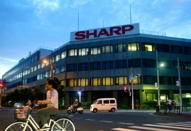 移転する大阪市阿倍野区のシャープ本社ビルでは、日没後も明かりがついていた=30日午後7時32分、上田潤撮影