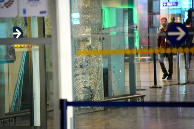 イスタンブールの国際空港の到着ロビー入り口付近。窓ガラスに激しい爆発の跡があった=30日、渡辺丘撮影