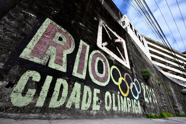 リオデジャネイロ市内のファベーラ「プロビデンシア」の入り口に描かれた五輪マーク。「CIDADE OLIMPICA(オリンピックの街)」とも書かれていた=諫山卓弥撮影