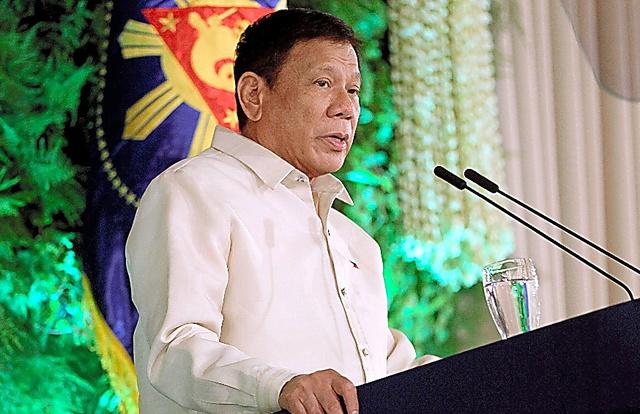 フィリピン・マニラで30日、就任式での宣誓後、演説するドゥテルテ新大統領。大統領府提供=AFP時事