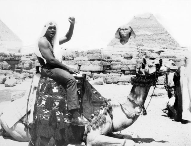 エジプト・ギザを訪れたモハメド・アリさん=AP