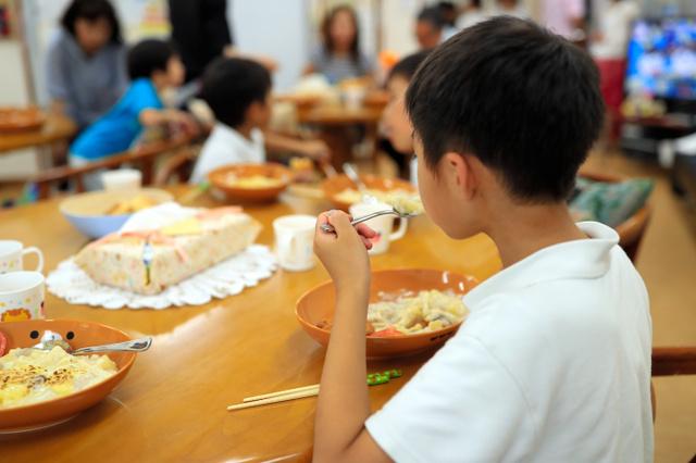 子ども食堂でグラタンを食べる子どもたち=大津市、内田光撮影