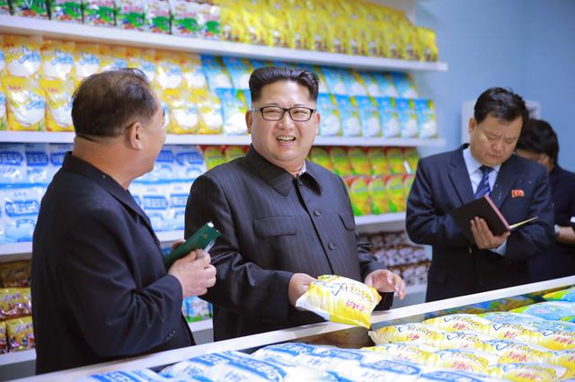 改修された平壌穀産工場を視察する金正恩朝鮮労働党委員長。日時は不明。朝鮮中央通信が6月16日に報じた=朝鮮通信