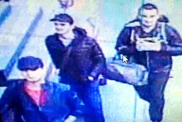 6月28日に空港で撮影された監視カメラの映像に、実行犯とみられる3人が映っていた=ロイター