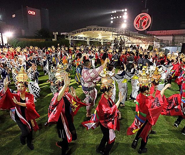 様々な衣装で盆踊りを楽しむ人たち=1日夜、東京・新宿
