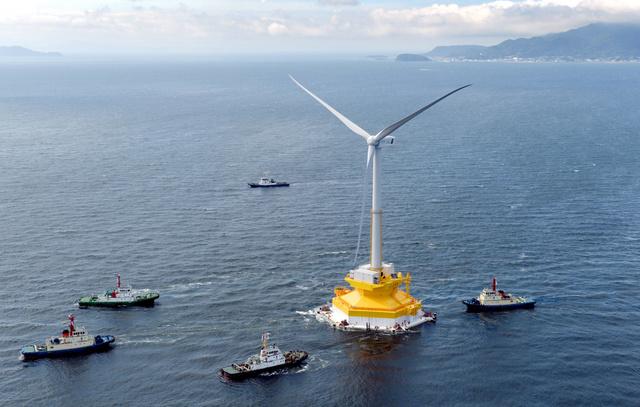 組み立てが終わり、海上を移動する浮体式風力発電設備=2日午前8時39分、兵庫県洲本市沖、朝日新聞社ヘリから、豊間根功智撮影