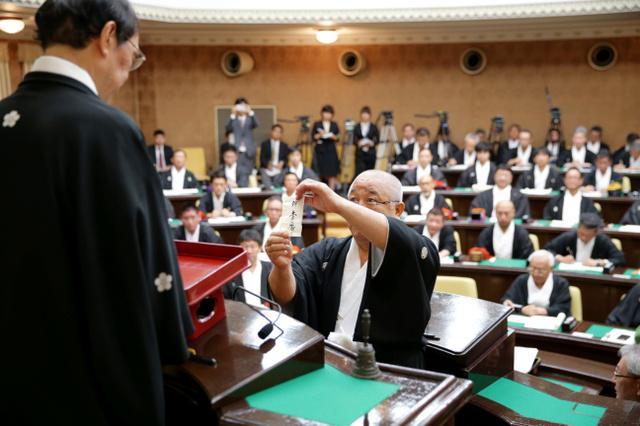 山鉾巡行の順番を決めるくじを引く関係者たち=2日午前10時13分、京都市中京区、佐藤慈子撮影