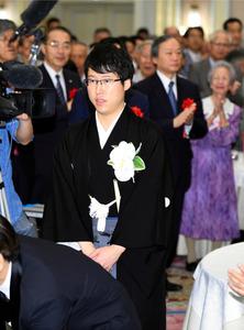 お祝いの会の会場に入る井山裕太七冠=2日午後0時4分、大阪市北区、井手さゆり撮影