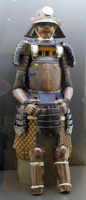 真田信繁(幸村)所用と伝えられる鉄二枚胴具足。籠手(こて)の手甲に六文銭(六連銭紋)がある