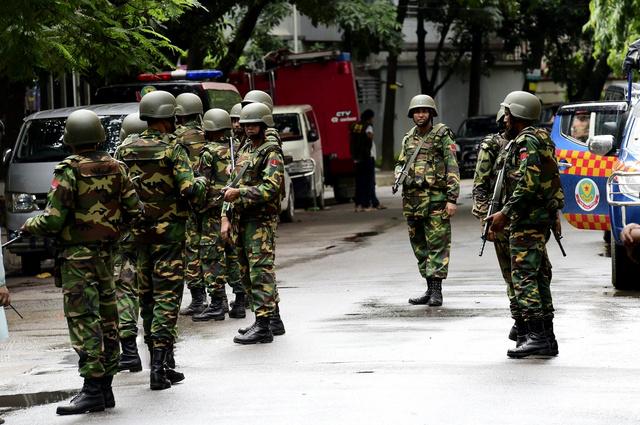 バングラデシュの首都ダッカで2日、警備態勢をとる軍の兵士ら。立てこもり事件の起きたレストランは、警備が厳しい大使館街にある=AFP時事