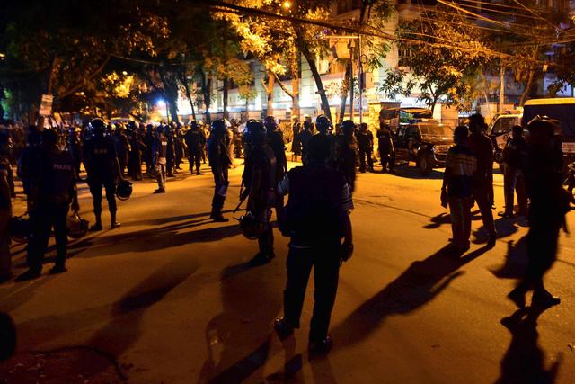 バングラデシュのダッカで2日未明、襲撃されたレストラン周辺を警備する治安部隊=AFP時事