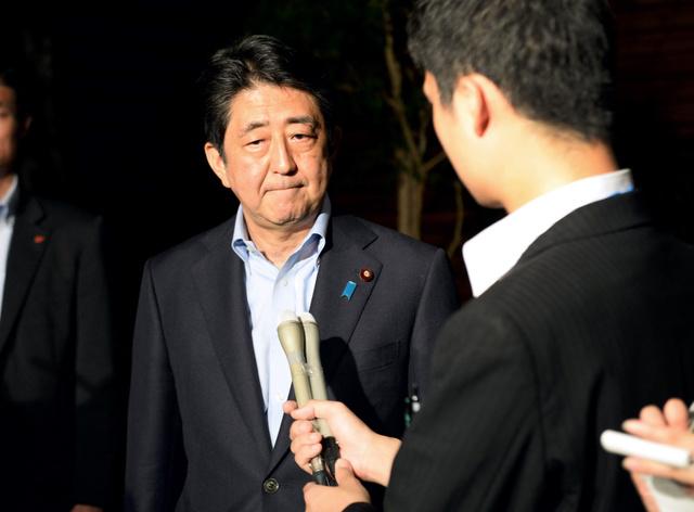 ダッカの人質事件について、記者の質問に答える安倍晋三首相=2日午後8時4分、首相官邸、北村玲奈撮影