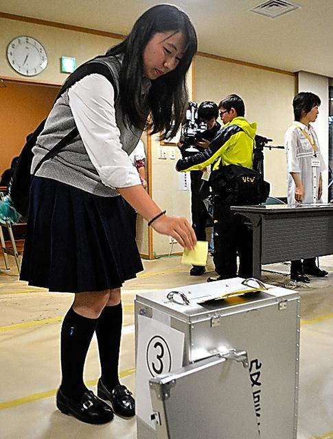 期日前投票で1票を投じる18歳=大阪府箕面市