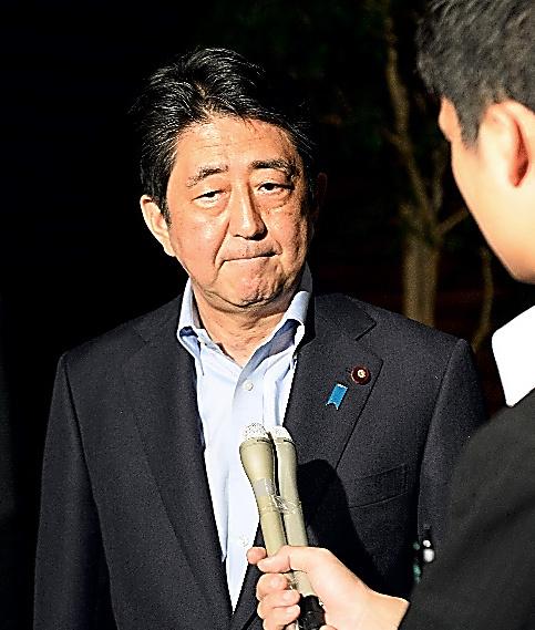 人質事件について、記者の質問に答える安倍晋三首相=2日午後8時4分、首相官邸、北村玲奈撮影