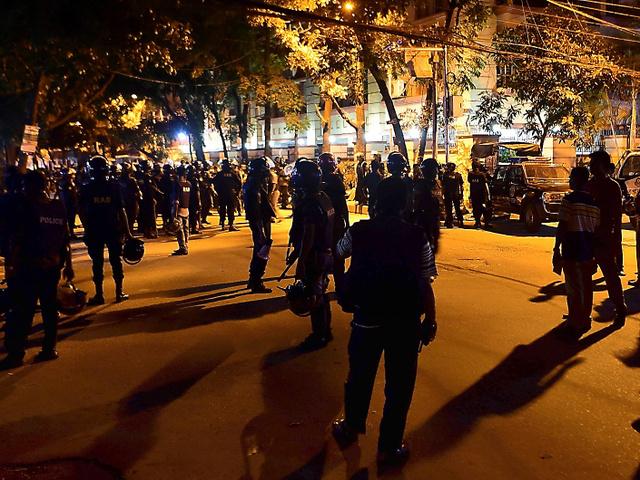 ダッカで2日未明、襲撃されたレストラン周辺を警備する治安部隊=AFP時事