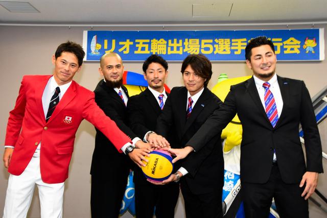 壮行会で決意を語った5人。左から富沢、棚村、筈井、保田、志水選手=柏崎市文化会館アルフォーレ