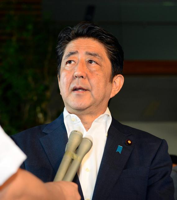 バングラデシュの人質事件で日本人7人が死亡したことを受け、首相官邸で記者の質問に答える安倍晋三首相=3日午前9時28分、北村玲奈撮影