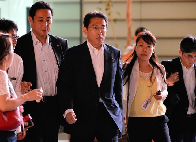 バングラデシュの人質事件で日本人7人が死亡が確認されてから一夜明け、官邸に入る岸田文雄外相=3日午前9時5分、首相官邸、北村玲奈撮影