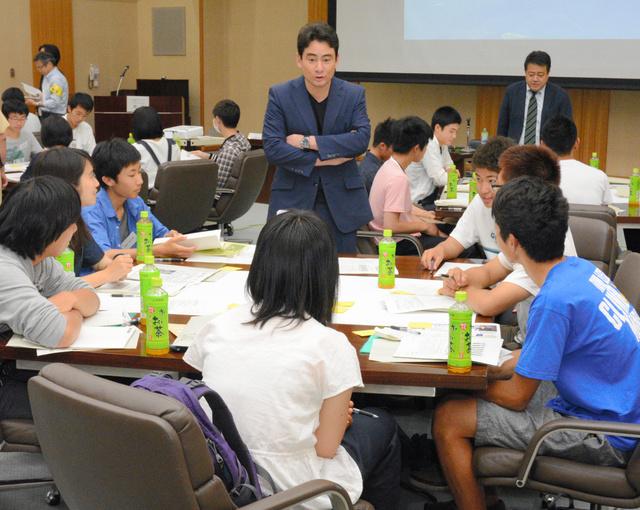 大学生と高校生が交じった未来メディアカフェのグループ討議では、野口さん(中央奥)も助言や説明役に加わった=松本市水汲、キッセイ文化ホール