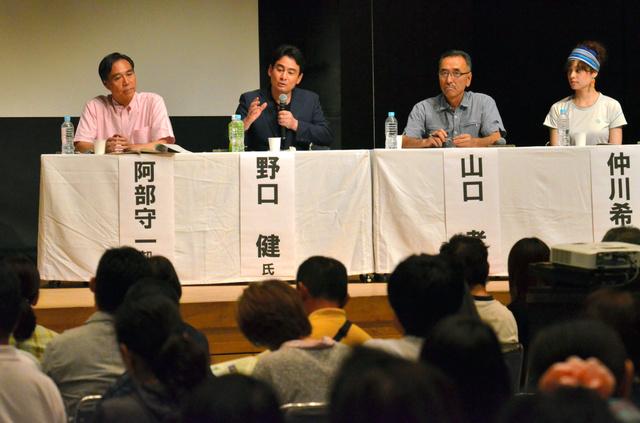 阿部守一知事や登山家の野口健さんらが「信州の山を安全に楽しむために」をテーマにパネル討論した=長野県松本市