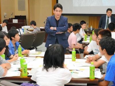 大学生と高校生が同じグループで話し合ったグループ討議には、登山家の野口健さん(中央奥)も助言や説明役に加わった=長野県松本市