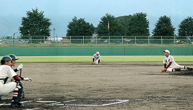試合中に中越沖地震に見舞われ、しゃがみ込む選手たち=2007年7月16日午前、新潟県五泉市営球場