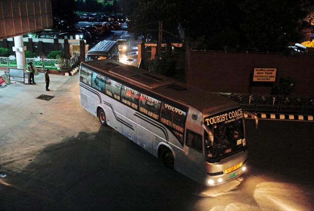 ダッカに到着した関係者を乗せて空港を後にするバス=3日午後11時12分、関田航撮影