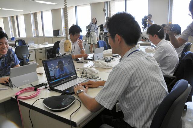 徳島県庁の執務室で、消費者庁職員がテレビ会議で東京の幹部とやりとりした=4日午前、徳島県庁