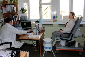 体内にある放射性物質を測定するホールボディーカウンター。椅子に座ったまま測定できる=2016年3月、ベラルーシ・ミンスクのアトムテックス社、竹内敬二撮影