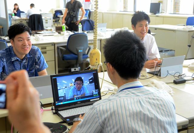 ウェブ会議システムを使い、東京の上司とやりとりする消費者庁職員=県庁