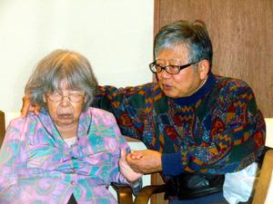 グループホームで私が1人で帰るというと、とたんに母の機嫌が悪くなった=2009年、大阪市福島区