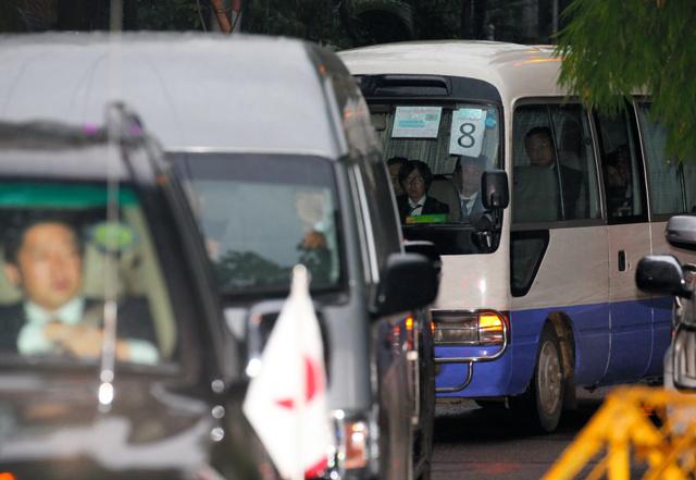 日本人関係者らを乗せて事件現場を後にする車両=4日午後6時27分、ダッカ、関田航撮影