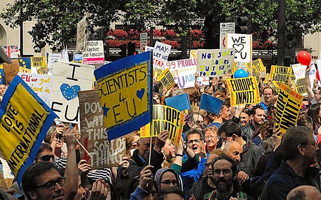ロンドン中心部で2日、英国のEU残留を支持する人たちが国民投票をやり直すよう訴えた。警察発表によると3万人以上が集まった=高久潤撮影