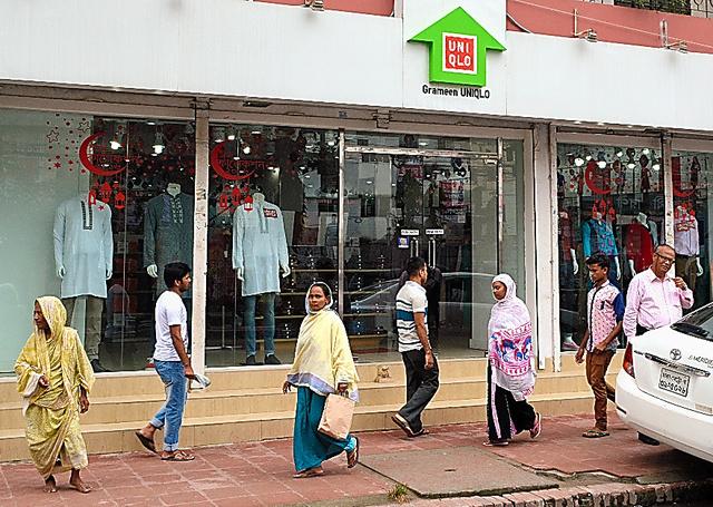 ダッカ市内にあるグラミンユニクロの店舗。店内は閑散としていた=4日、都留悦史撮影