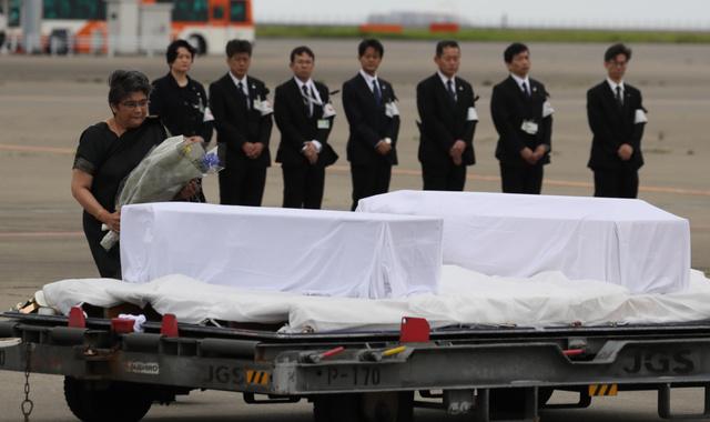帰国した犠牲者のひつぎに献花するバングラデシュのラバブ・ファティマ駐日大使=5日午前6時59分、羽田空港、西畑志朗撮影