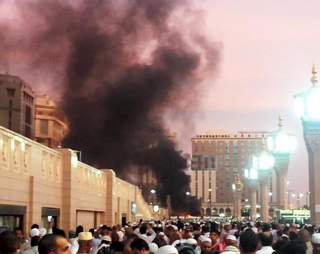 4日、サウジアラビアの聖地メディナに大勢の人が集まる中で起きた爆発。AP通信が現場写真を入手した=AP