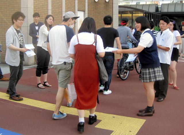 「センキョ割」のチラシを配る高校生ら=横浜駅西口
