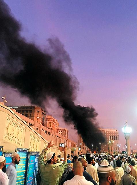 4日、聖地メディナに大勢の人が集まる中で起きた爆発。AP通信が現場写真を入手した=AP