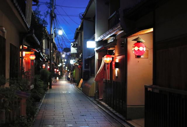 お茶屋などが立ち並ぶ祇園かいわい。「いちげんさん、お断り」の風習でも知られる=2015年