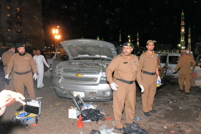4日、爆発が起きたサウジアラビア・メディナにある「預言者のモスク」の警備拠点前=AFP時事