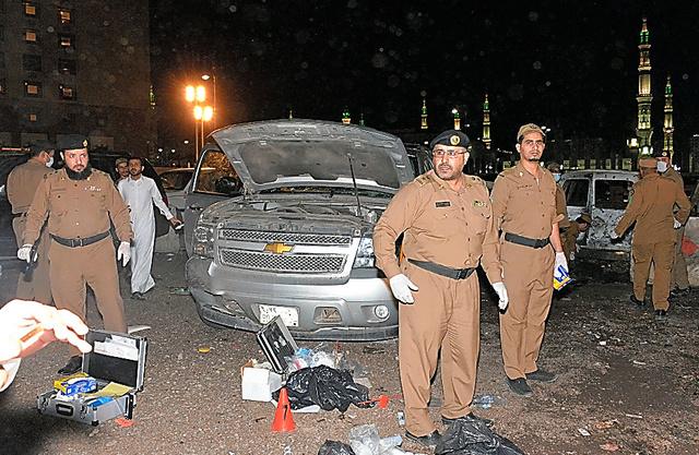 4日、爆発が起きたサウジアラビア・メディナ「預言者のモスク」の警備拠点前=AFP時事