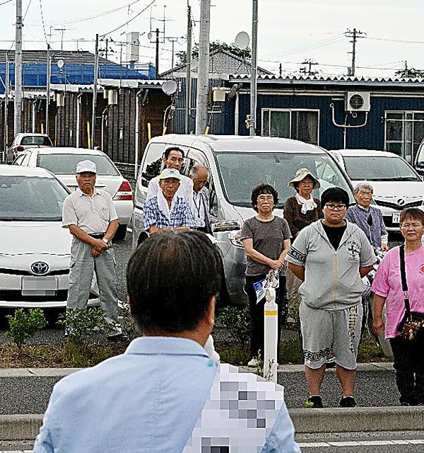 仮設住宅前で復興政策を訴える候補者=福島県内(画像を一部修整しています)