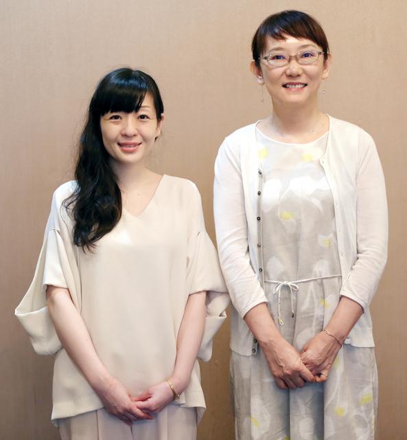 対談に臨む作家の村田沙耶香さん(左)と窪美澄さん=早坂元興撮影