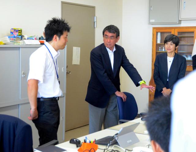 消費者庁の執務室を視察する河野太郎消費者相(中央)=県庁