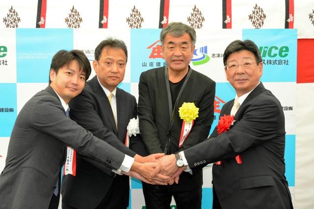 新商店街の実現を誓う三浦洋昭社長(左から2人目)ら=南三陸町志津川