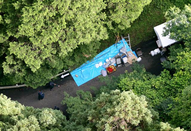 遺体が埋められた可能性がある山中を捜索する捜査員ら=6日午後、埼玉県ときがわ町、朝日新聞社ヘリから、川村直子撮影