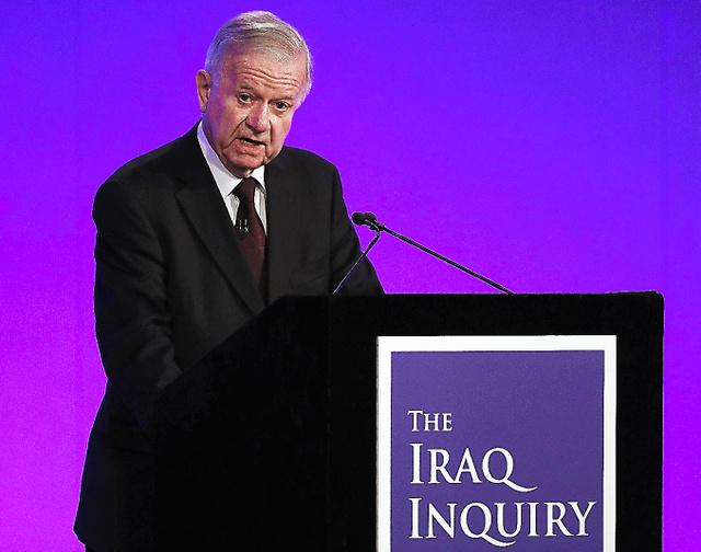 独立調査委員会の調査結果について話すジョン・チルコット委員長=6日、AFP時事