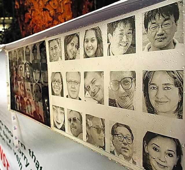 テロ現場近くでは日本人、イタリア人、バングラデシュ人、インド人などの犠牲者の写真がつり下げられていた=6日午後、ダッカ、矢木隆晴撮影