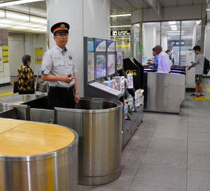駅員が中に入る改札を特別に開けてもらった。いまは自動改札だけでこと足りるという=東京都台東区