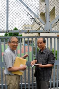 「たぶんここです」。大仏のあったと思われる場所を指さす秋本邦雄さん(左)と酒井孝昌さん=東京都台東区